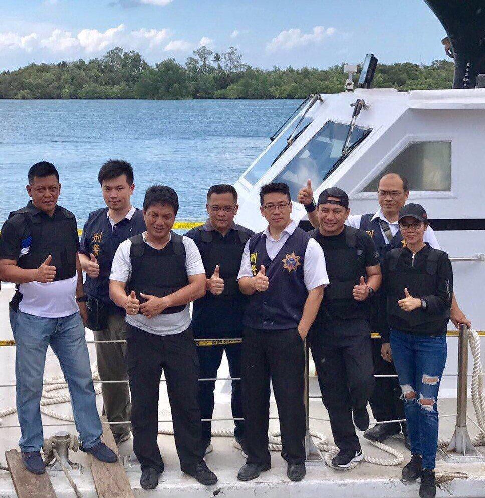 李堅志(右4)率印尼警方破獲多起犯罪案。聯合報系資料照片/李承穎翻攝