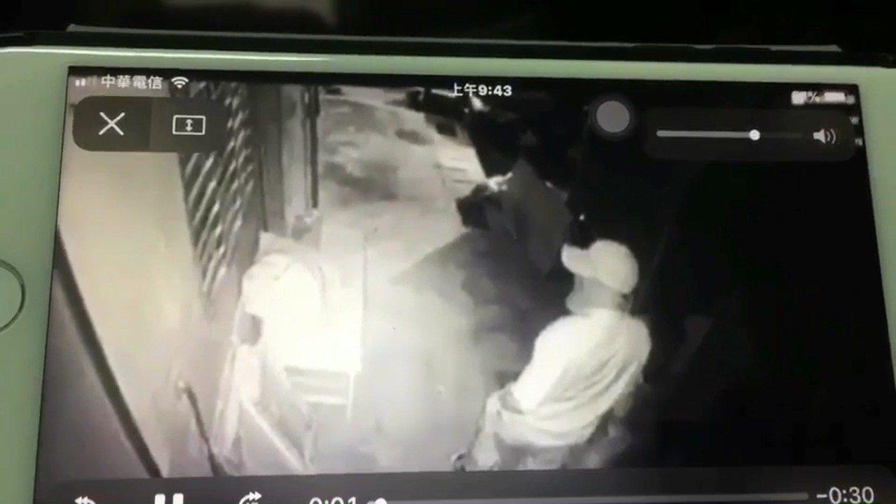 一名竊賊昨天清晨身穿橫條紋T恤、頭戴鴨舌帽,再用毛巾蒙面破壞新北市三重區永福街一...