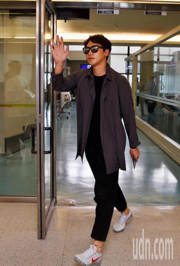 兩次入選時代百大人物的亞洲天王Rain中午搭乘KE-691班機抵達桃園機場,Rain穿著一身黑衣、黑褲、深灰色外套與球鞋,一臉輕鬆地下機,看到採訪的媒體,就先揮手致意,多次來台的Rain還以中文說「...