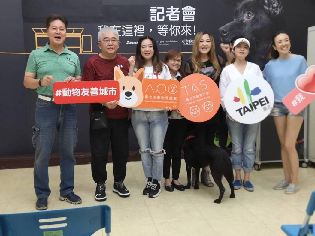 劉尚謙(左起)、導演王時政、應曉薇、張富美、黃雅珉出席狗狗節活動。圖/倪有純提供