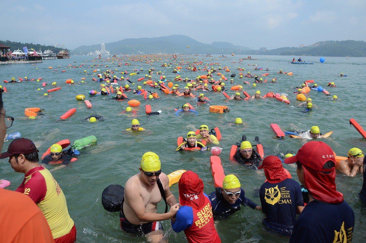 今年度的泳渡日月潭將在15 、16日兩天登場,若碰上颱風將延期。圖/本報資料照片