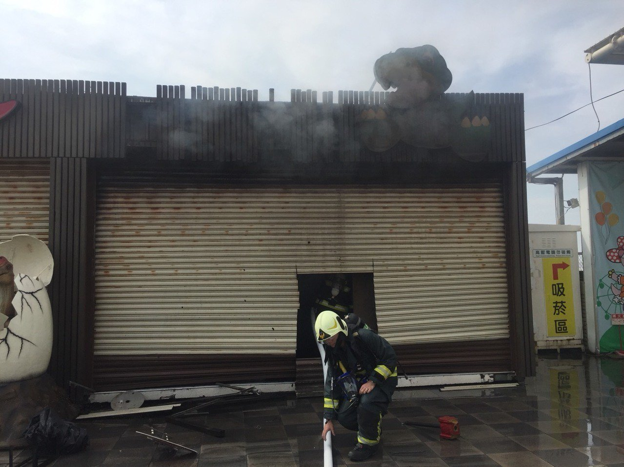 高雄統一夢時代購物中心頂樓今上午驚傳火警,火勢在20分鐘內隨即撲滅,現場疑電氣因...