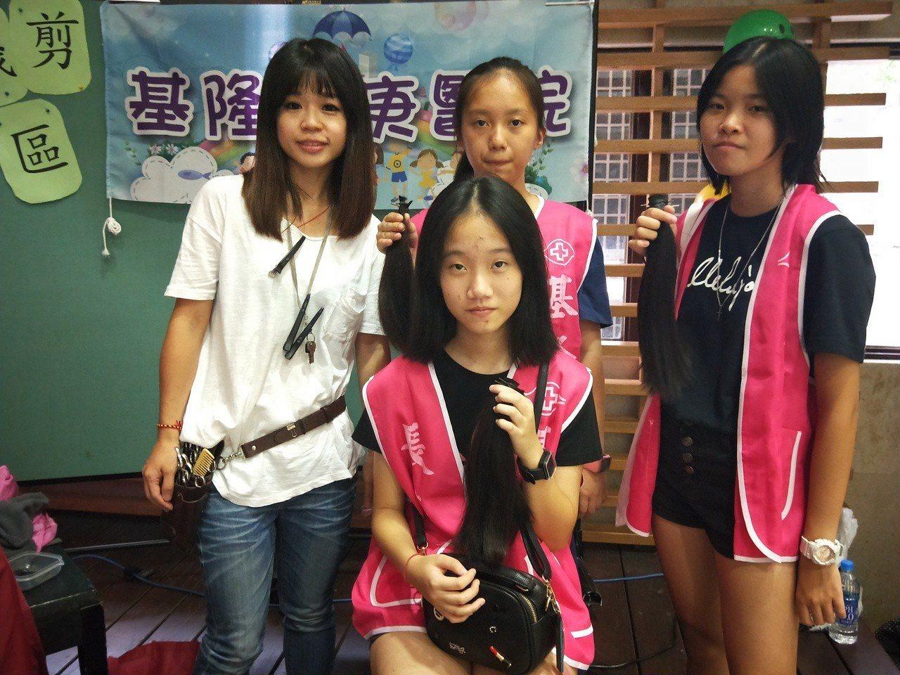 3名女國中生王乙絜(後)、游明儀(右)、楊翊涵(前)今天捐出秀髮幫助癌友。記者游...