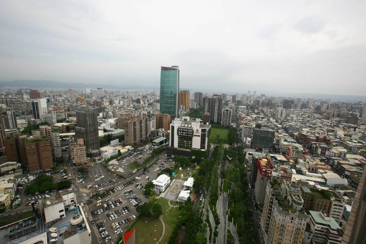 東北季風提早報到,台中市環保局表示,已全面監控空品狀況,隨時啟動防制機制。圖/台...