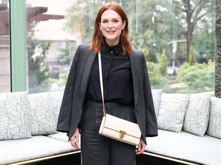 茱莉安摩爾以簡單的西裝、寬褲展現知性幹練美。圖/TORY BURCH提供
