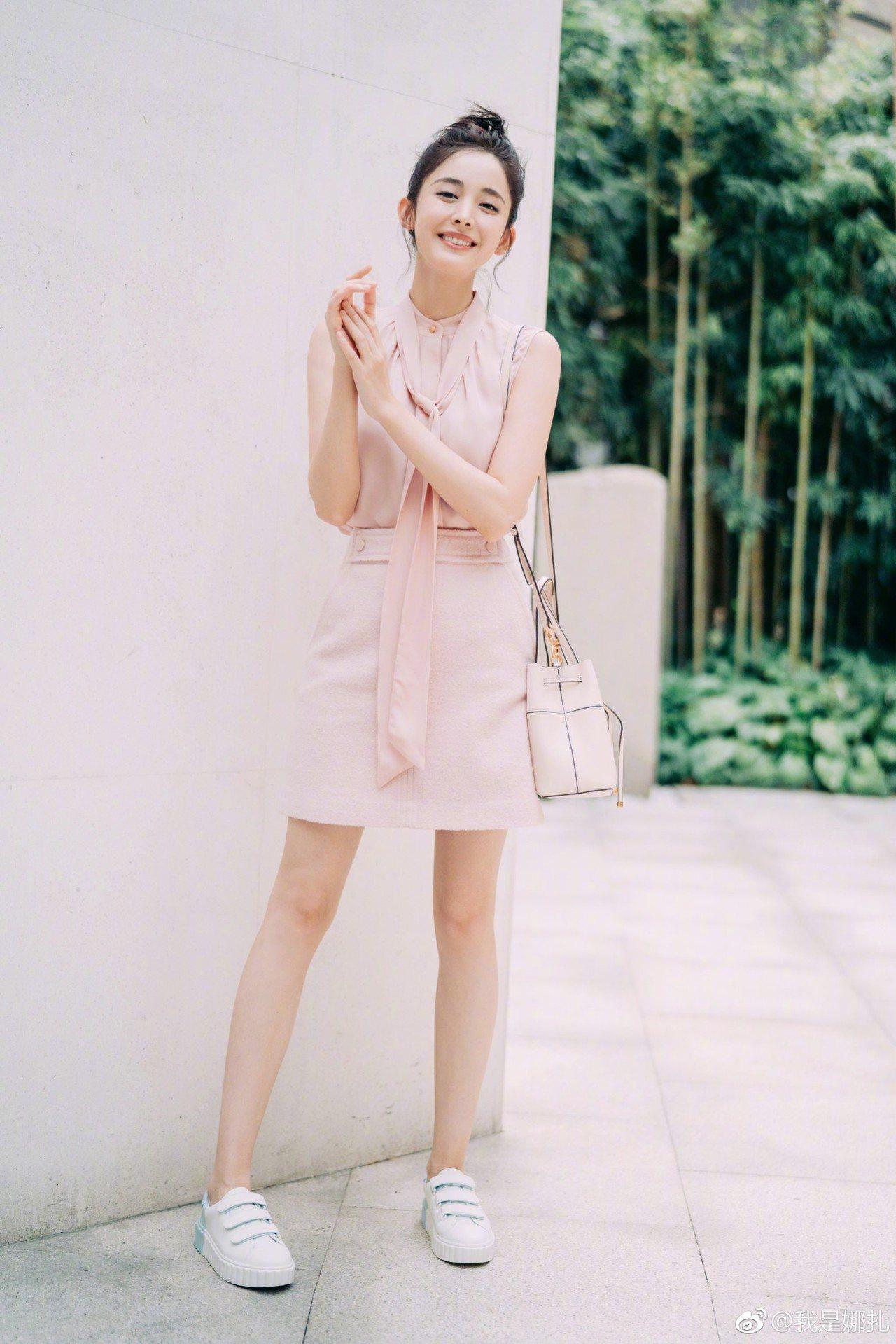 古力娜扎飛去看TORY BURCH秀前,身穿粉色襯衫(未定價)、粉色羊毛短裙13...