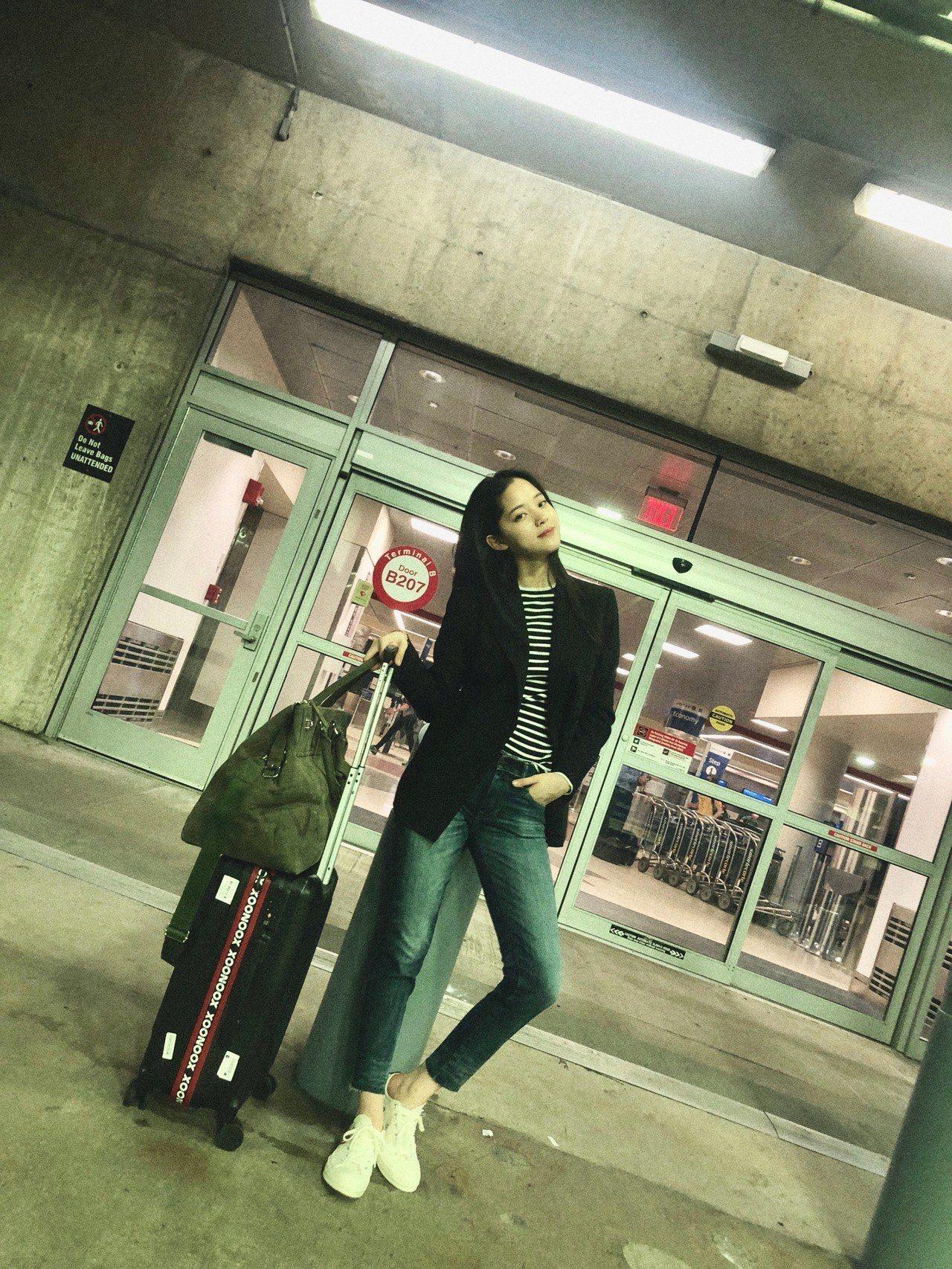歐陽娜娜身穿修身西裝外套搭配條紋上衣與合身牛仔褲現身機場,長腿無敵。圖/Ralp...