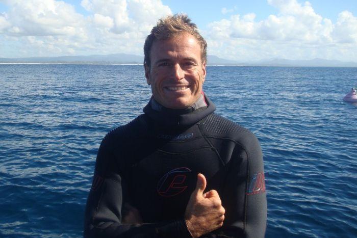 潛水教練艾斯彭冒險救鯊魚。取自澳洲廣播公司
