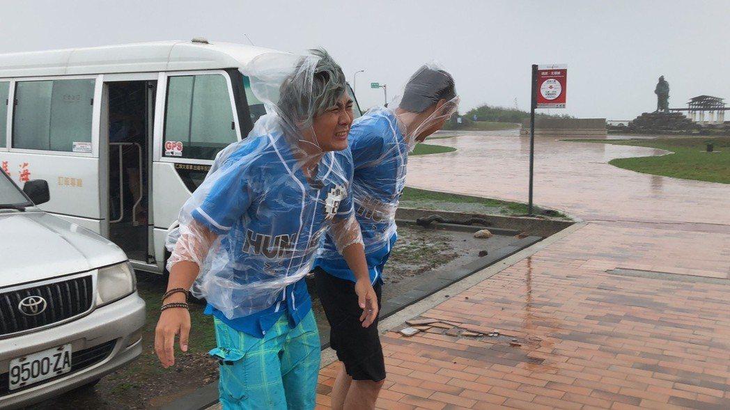 王仁甫在暴風雨中錄影。圖/中視提供