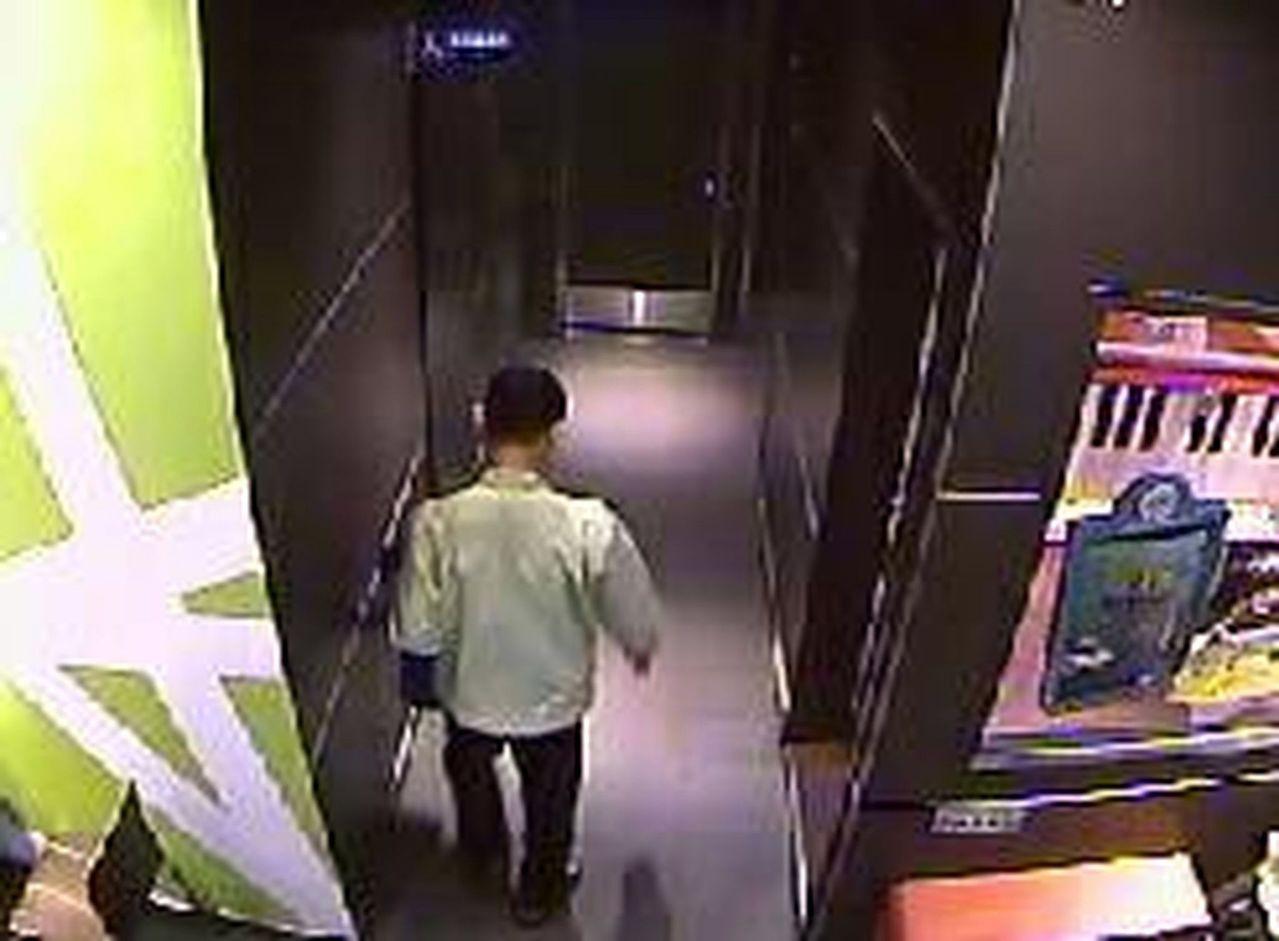 警方調閱監視器,發現裸身露屁的「怪叔叔」,年約30幾歲。記者王昭月/翻攝