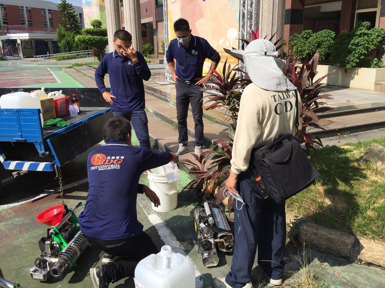衛生單位及環保單位7日於彰化縣員林市個案學校進行噴消作業。圖/疾管署提供