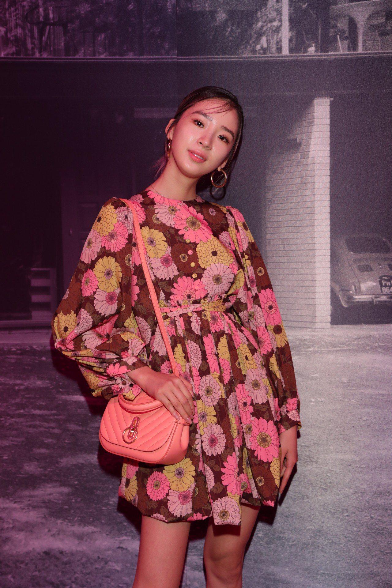 Irene Kim詮釋繽紛印花的Ellie裙裝。圖/MULBERRY提供
