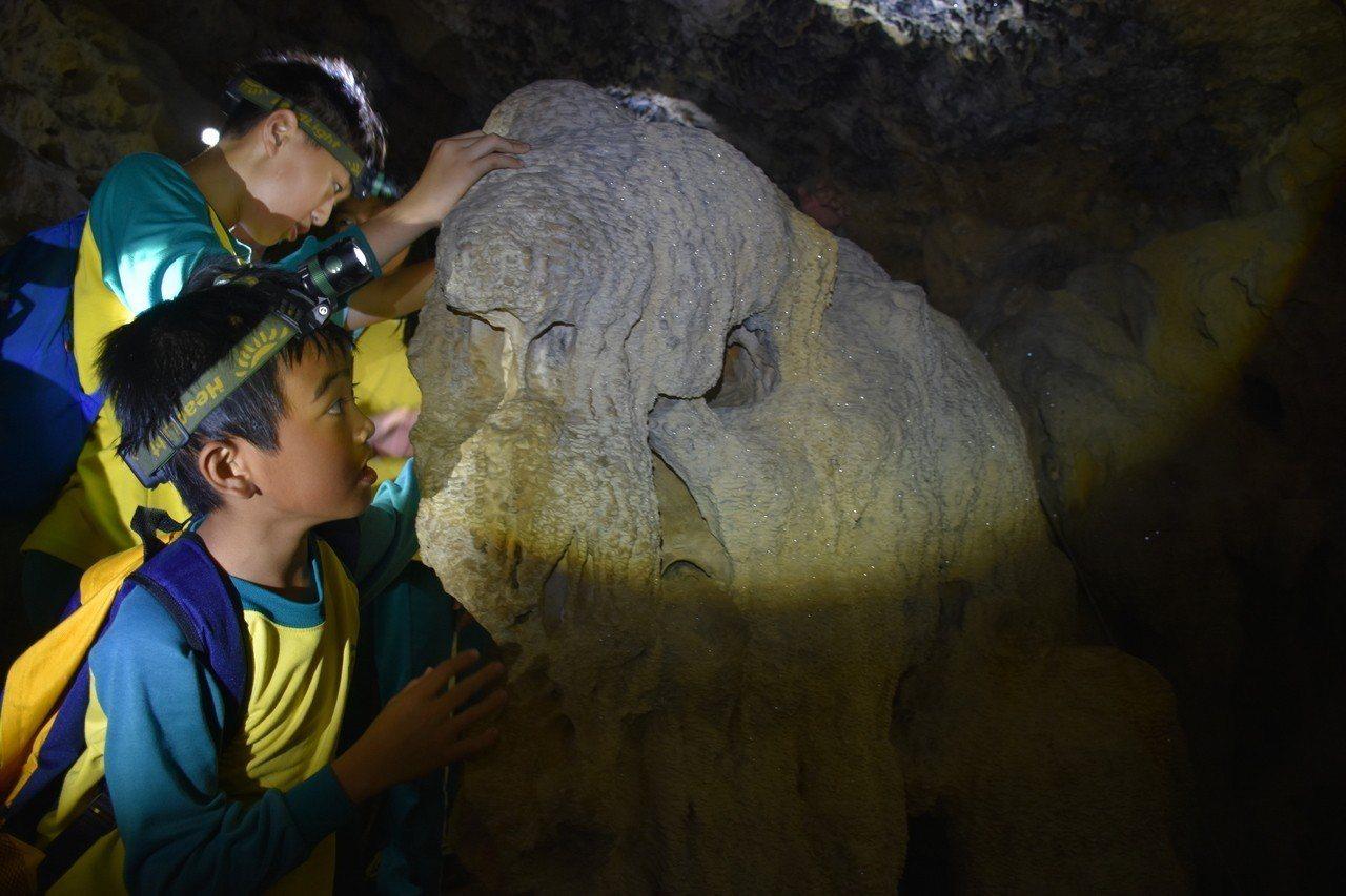 壽山國小學童參加探索教育探洞課程。圖/壽山國小提供