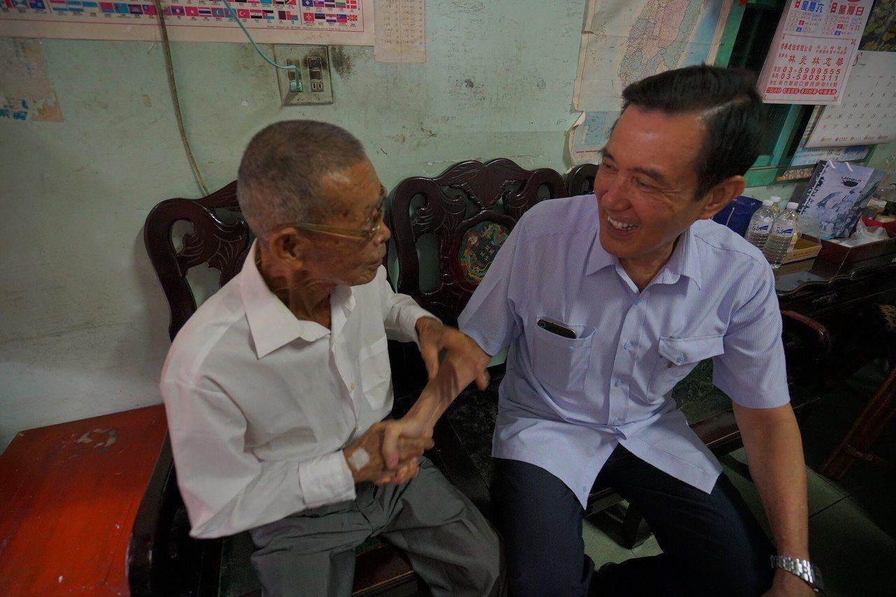 馬英九(右)與向林為洲的父親林埈埕(左)話家常。圖/林為洲團隊提供