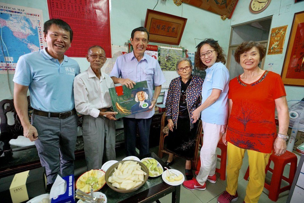 前總統、也是前任國民黨主席馬英九(左三),今探望林為洲(左一)、以及他的雙親林埈...