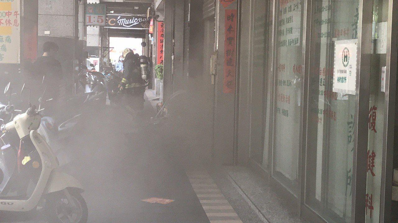 消防人員趕抵現場搶救。記者劉星君/攝影