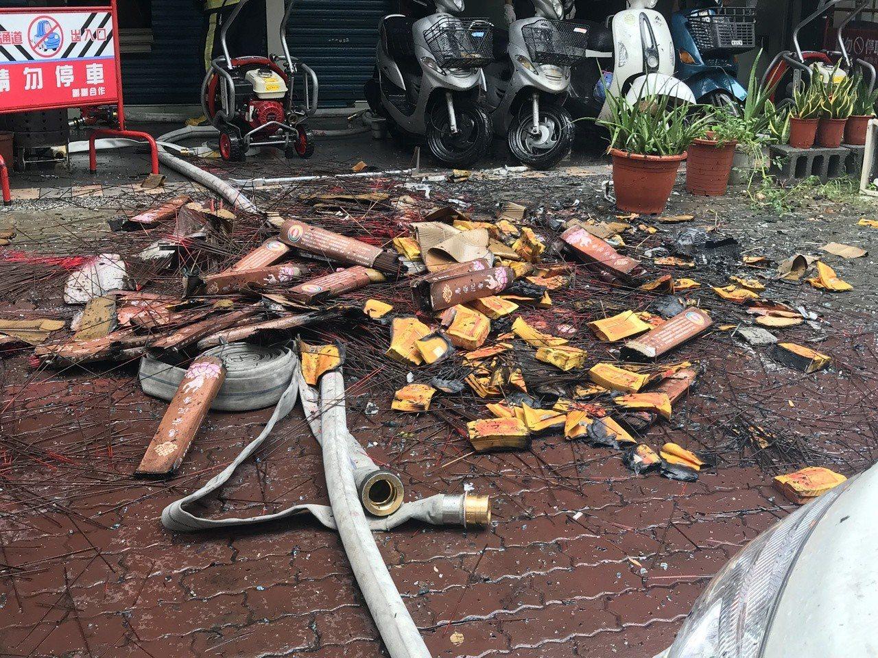 現場火勢撲滅,地上散落線香等物品。記者劉星君/攝影