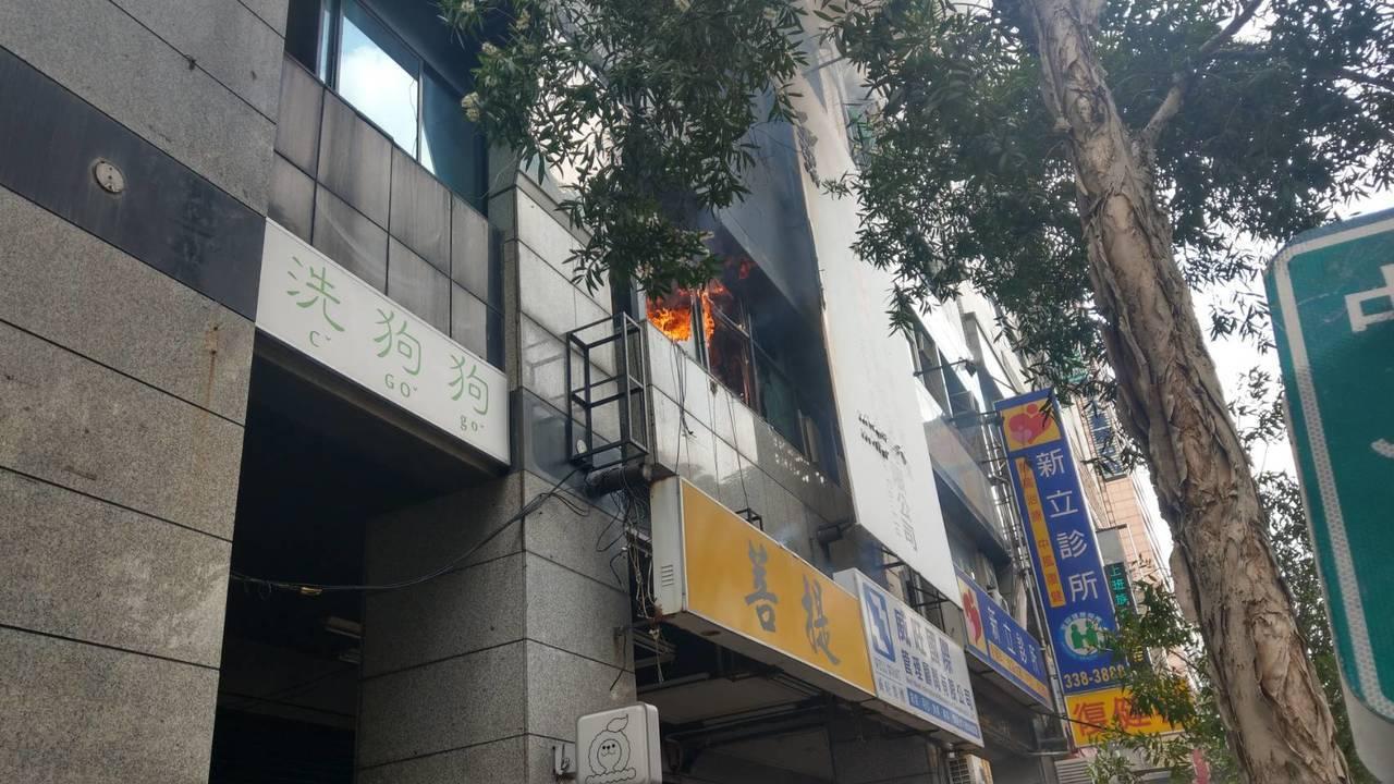 火勢從二樓竄出,現場濃煙密布。記者劉星君/翻攝