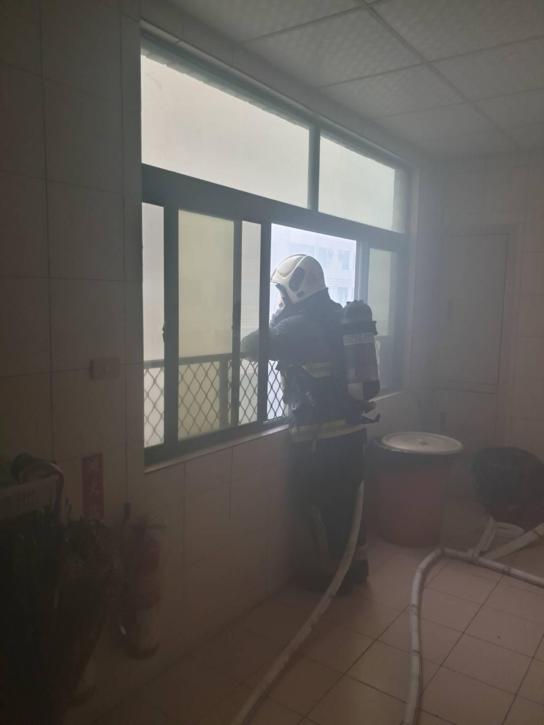 消防人員從四樓接室內消防栓,從四樓往下射水滅火。記者劉星君/攝影