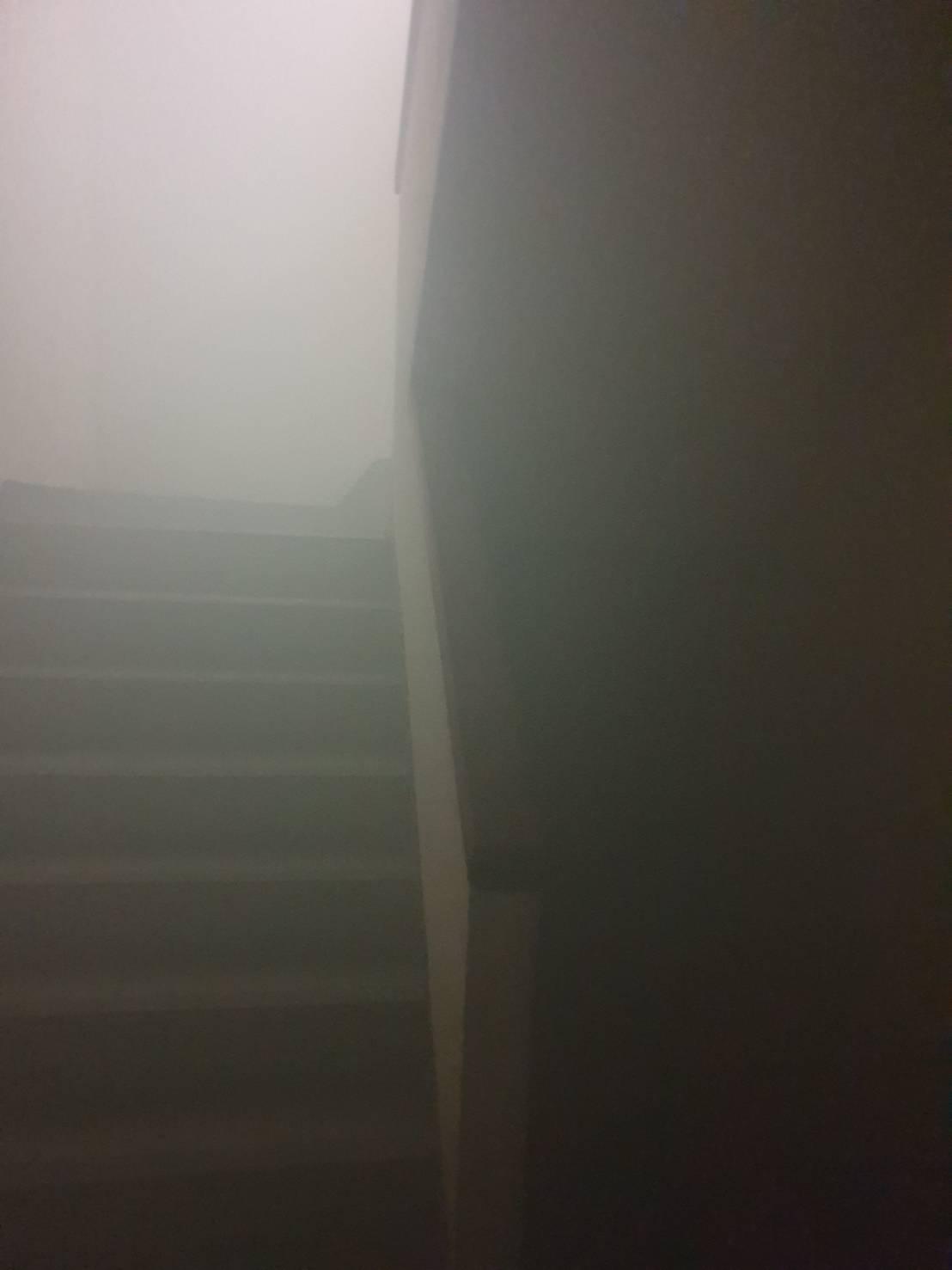 大樓內濃煙密布。記者劉星君/攝影
