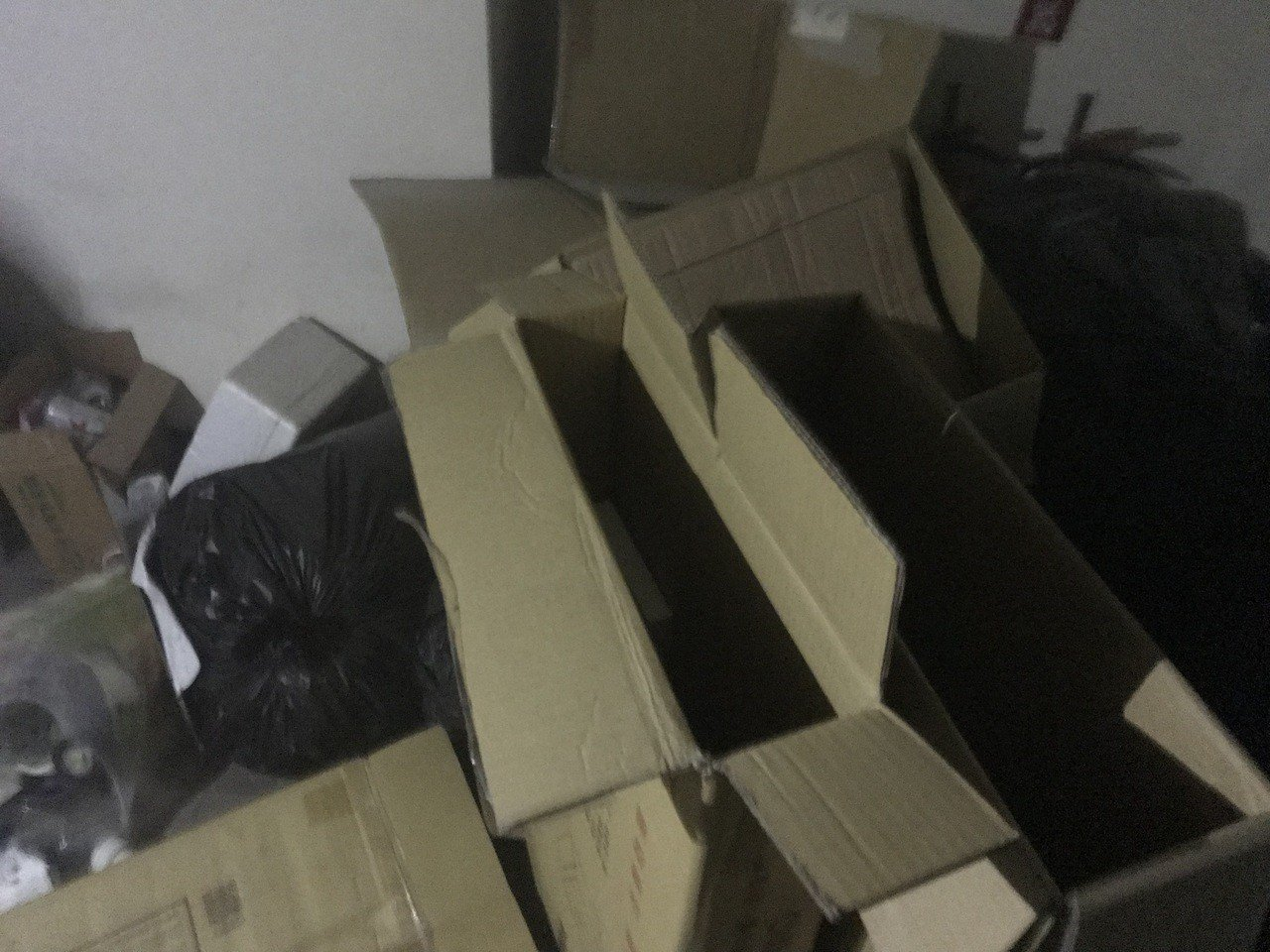 二樓逃生梯堆滿雜物,民眾驚逃時「從垃圾堆爬出來,差點要被濃煙嗆死」。記者劉星君/...
