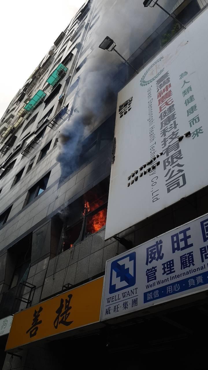 火勢從二樓竄出,現場濃煙密布。記者劉星君/攝影