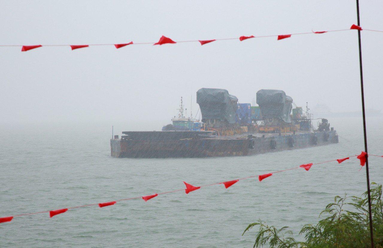 台電2部柴油引擎單機重量232公噸,發電機53公噸,參照前期機組於塔山電廠北側海...