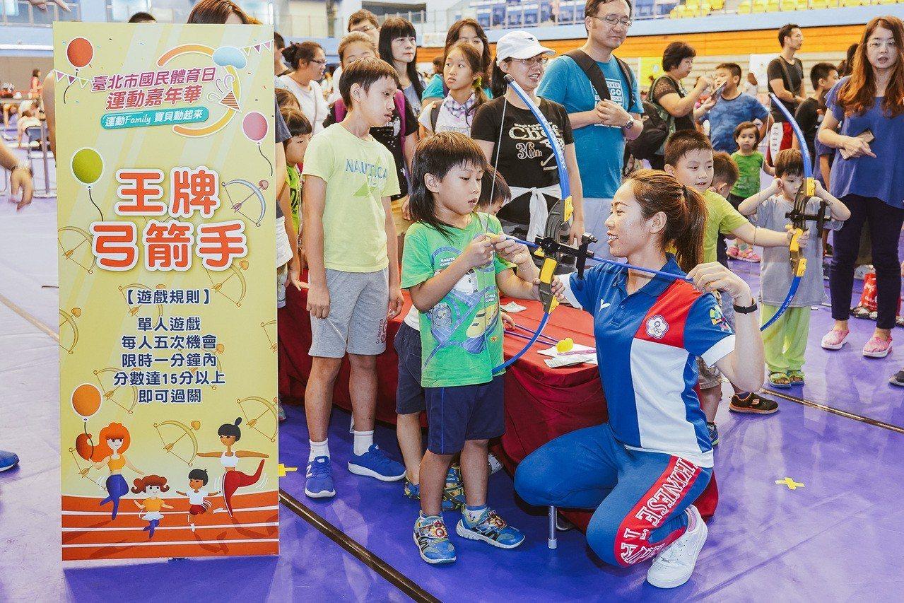 譚雅婷(右)與小朋友同樂。圖/台北市政府體育局提供