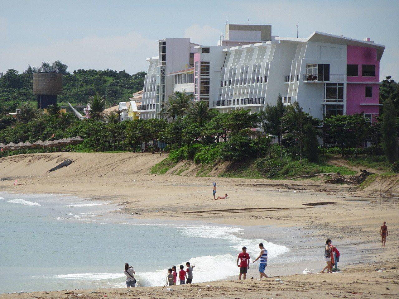 墾丁夏都沙灘酒店旁的大灣沙灘快一半不見了。記者潘欣中/攝影