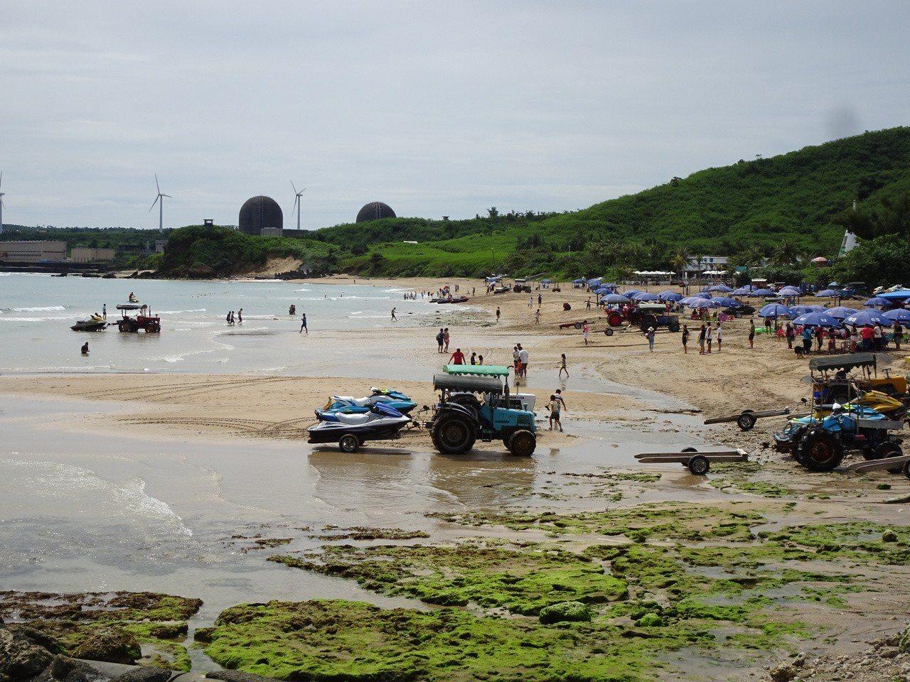 高人氣的墾丁南灣沙灘消失近一半,今天假日遊客還是稀稀落落。記者潘欣中/攝影