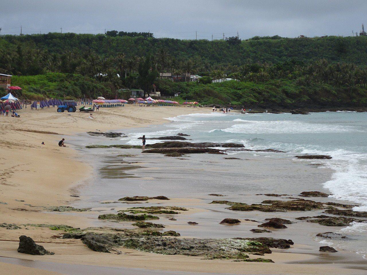 墾丁白砂沙灘大退縮,岸邊大片礁石裸露。記者潘欣中/攝影