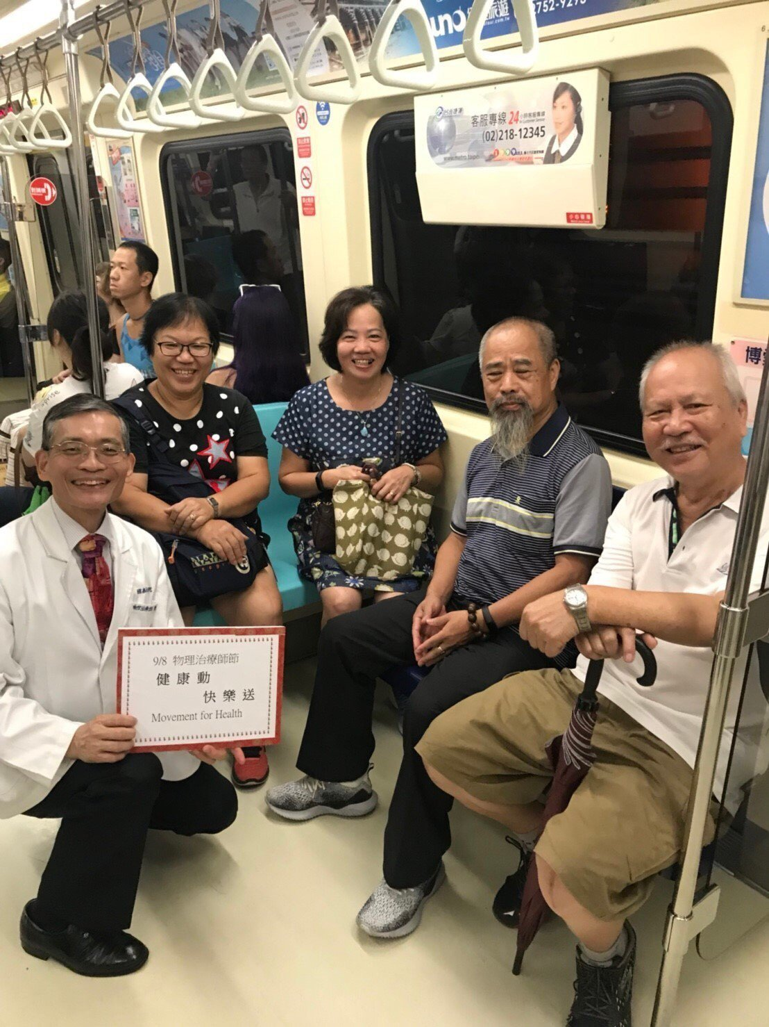 今天是世界物理治療師日,也是台灣物理治療師節,物理治療師簡文仁教民眾坐捷運能紓展...