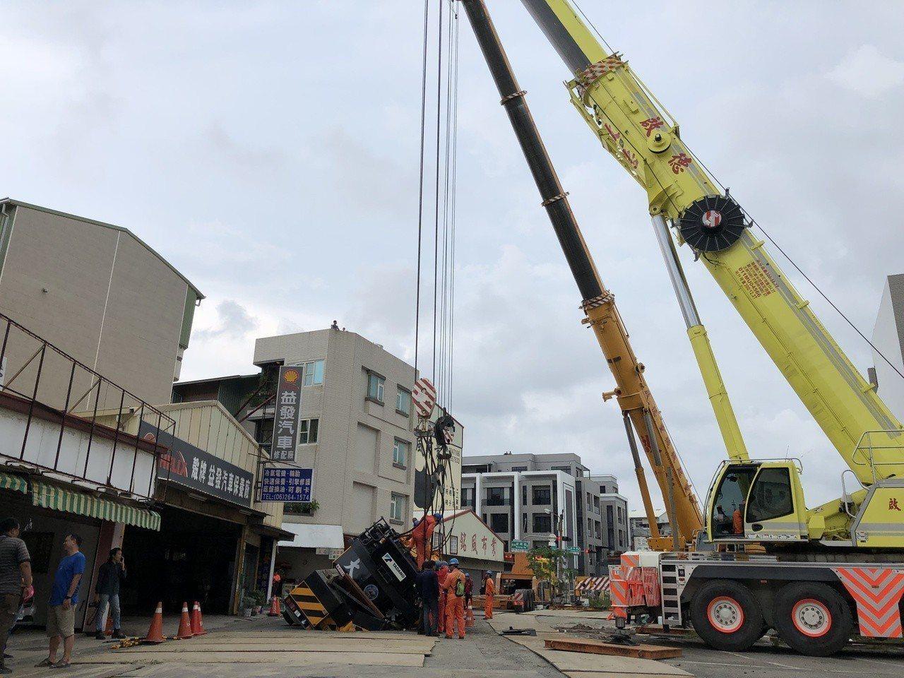 今天下午市府等調動2台300噸重機械進場拖吊,經1個小時努力,總算把這台吊車順利...