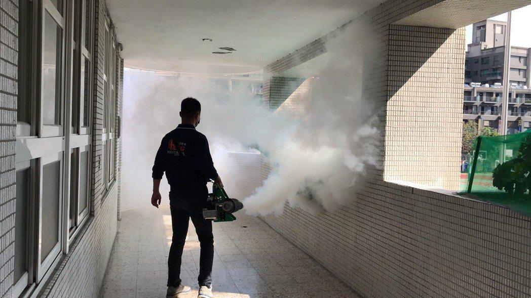 今天衛生局會同衛福部疾管署人員,到大同國中校園進行全面熱噴霧作業。照片/衛生局提...