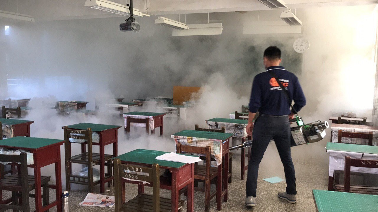 今天衛生局會同衛福部疾管署人員,到大同國中校園進行全面熱噴霧作業,所有教室依序一...