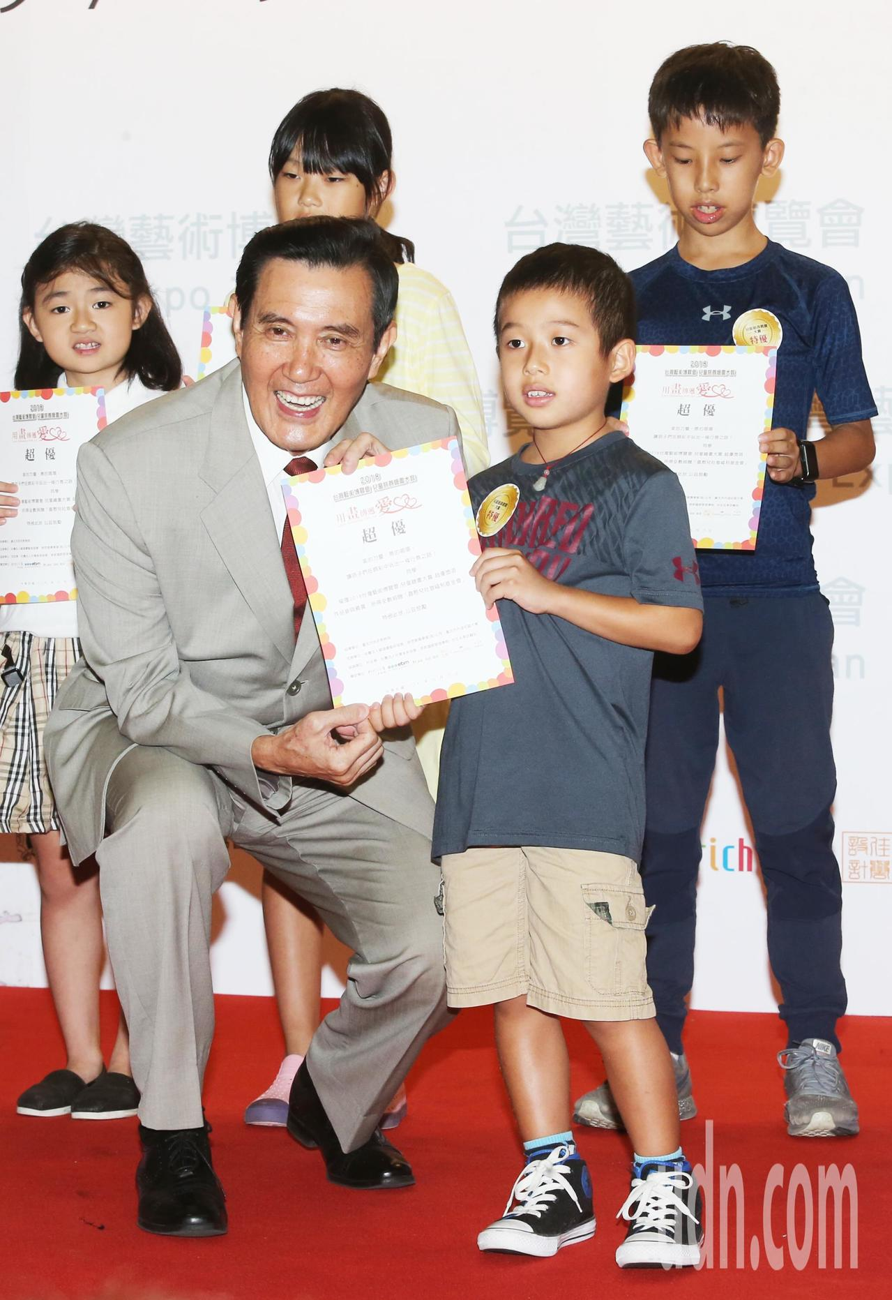 馬英九頒獎給在繪畫比賽中表現優異的小朋友。記者徐兆玄/攝影