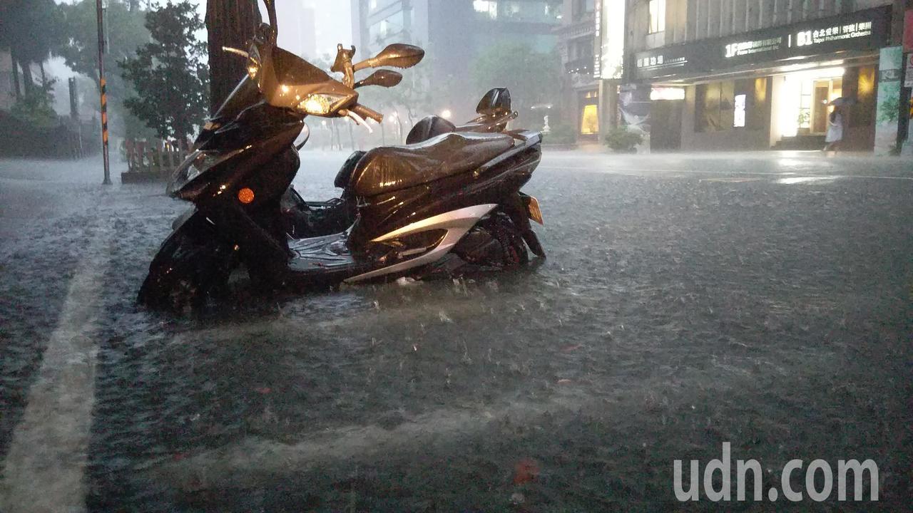台北市8日傍晚下起大雨,低窪處排水不及,水深約半個機車輪胎。記者林澔一/攝影