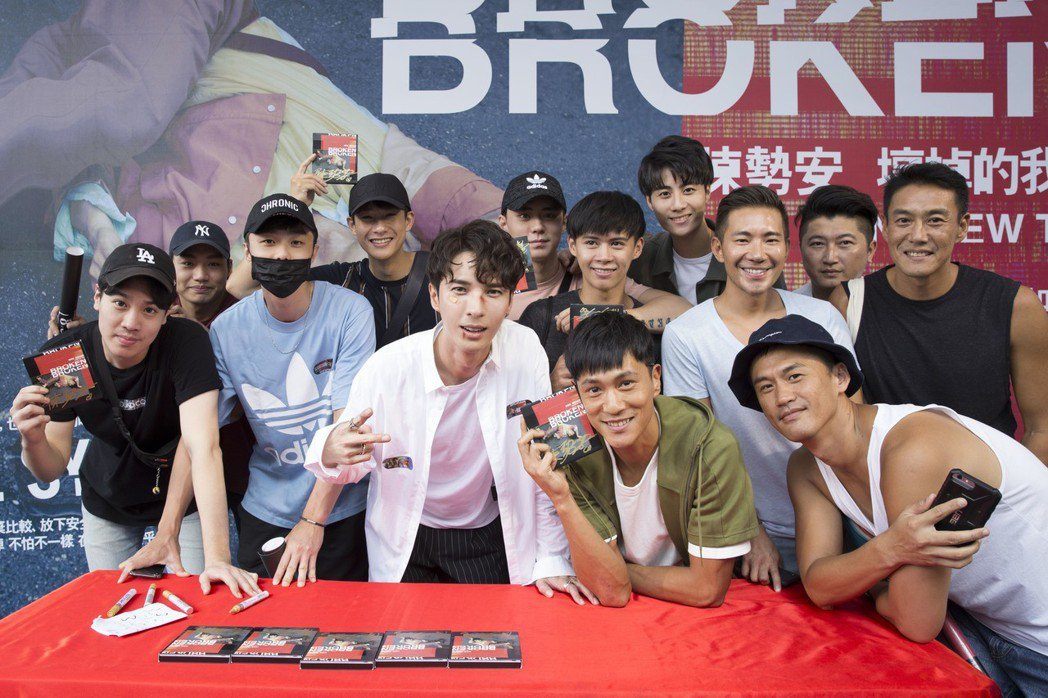 陳勢安下午在台北舉辦專輯《壞掉的我們》簽唱會,甫入圍金鐘迷你劇集的「越界」演員和...