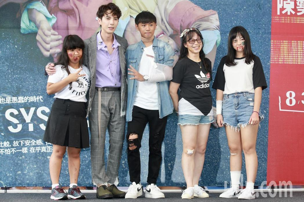 陳勢安(左二)下午在台北舉辦專輯《壞掉的我們》簽唱會,為了符合「壞掉」主題,陳勢...