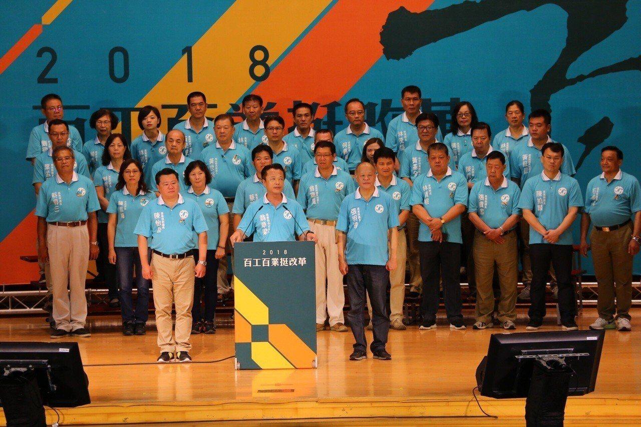 民進黨縣長提名人翁章梁,帶領所有黨提名人接受歡呼。 記者卜敏正/攝影
