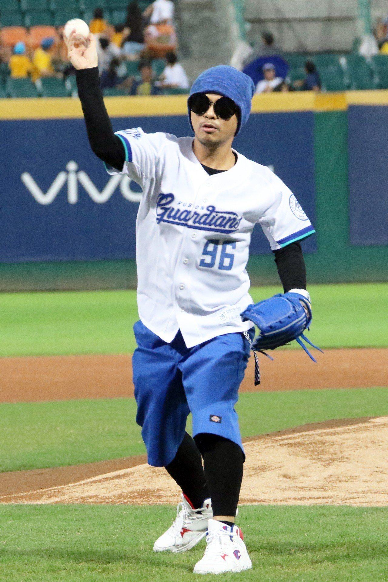 馬來西亞歌手黃明志擔任富邦悍將隊開球嘉賓。圖/富邦悍將球團提供