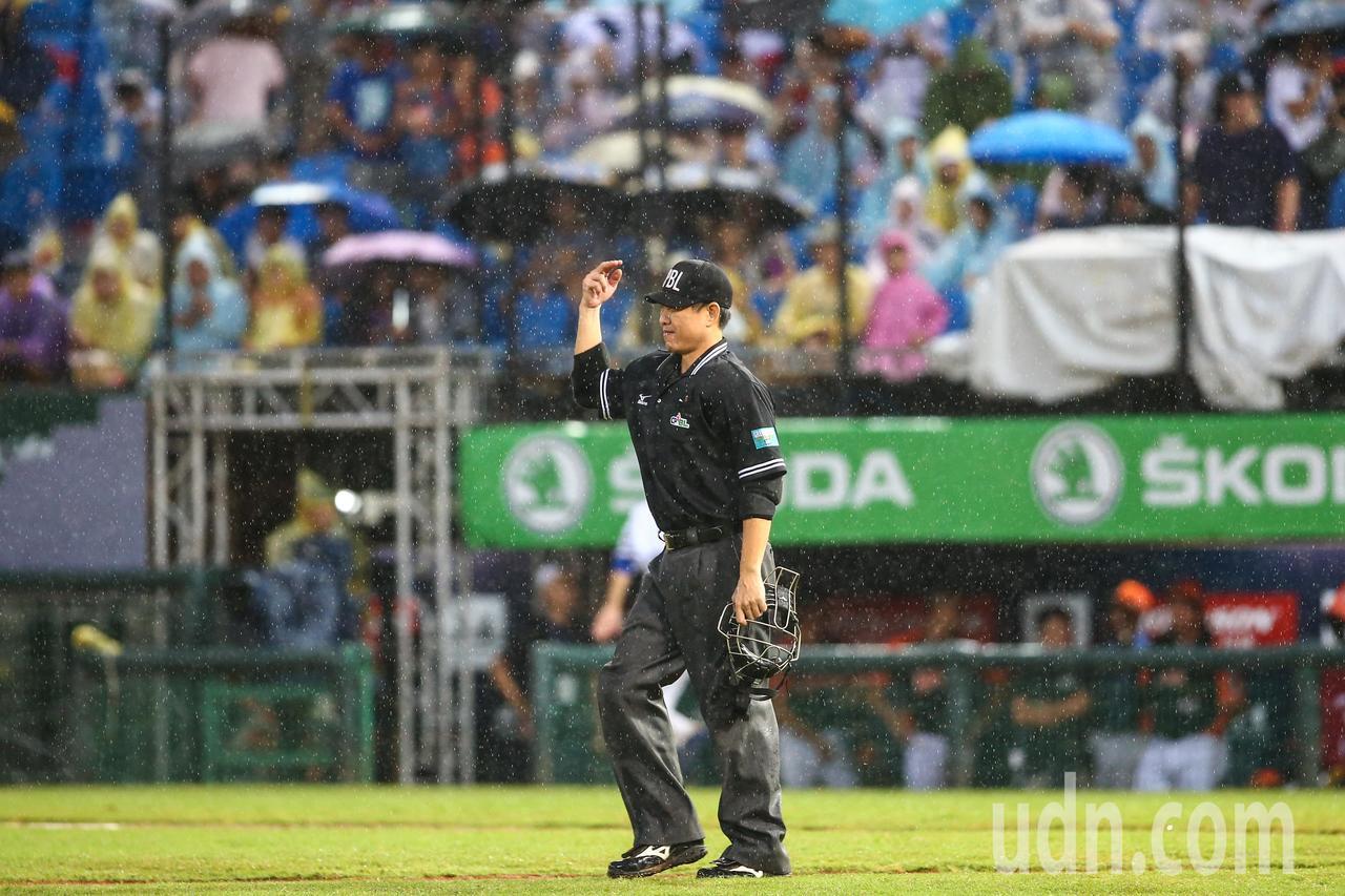 中職晚間在桃園棒球場進行lamigo桃猿對上統一獅的比賽,球賽進行到三局上半主審...