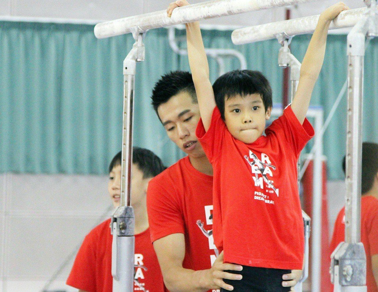 李智凱擔任華南銀行小小體操營教練。記者林宋以情/攝影
