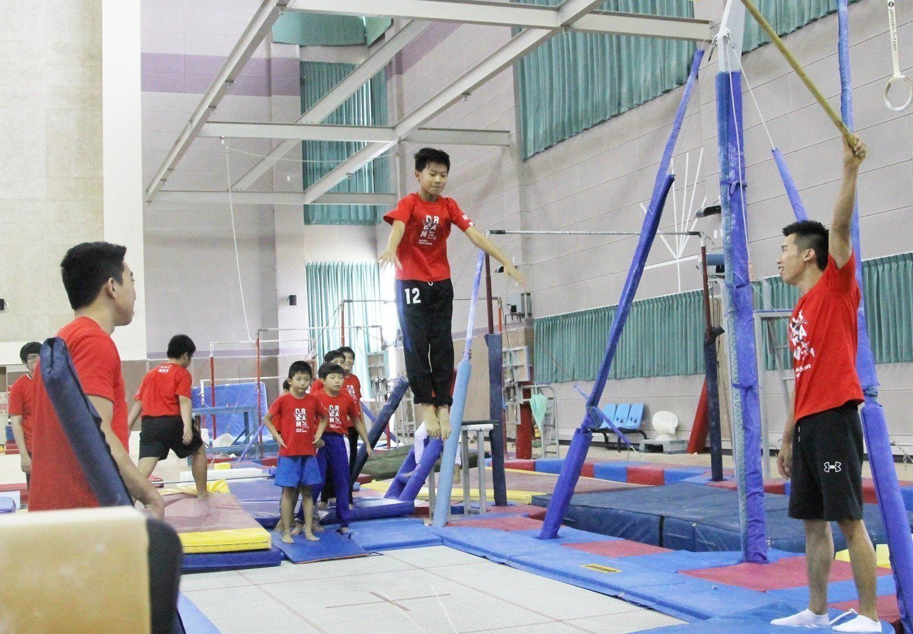 李智凱、黃克強擔任華南銀行小小體操營教練。記者林宋以情/攝影