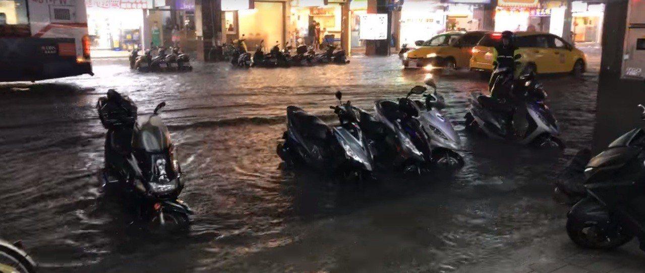長安東路二段淹水。圖/截自臉書「爆料公社」