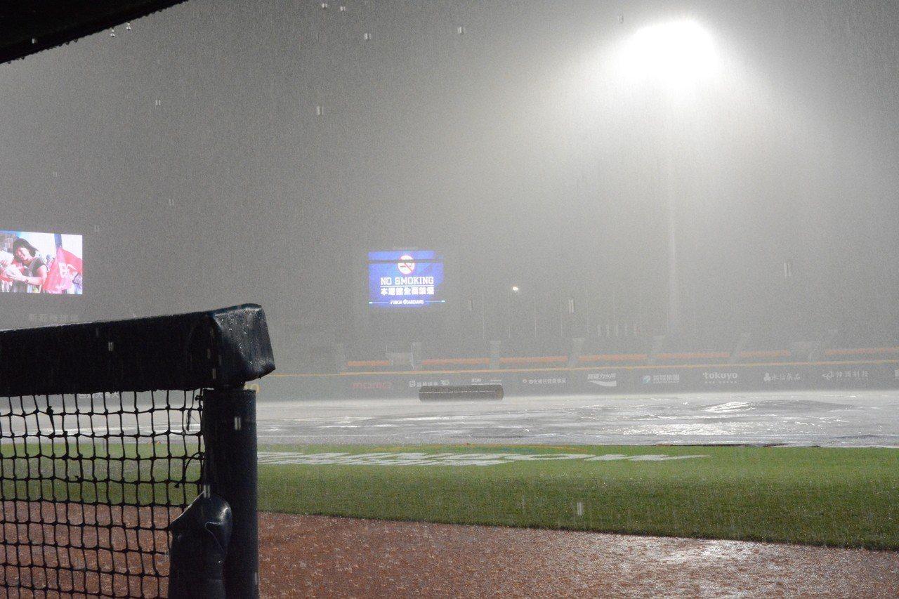 富邦悍將與中信兄弟隊戰受大雷雨影響,延賽至明天午場。記者蘇志畬/攝影