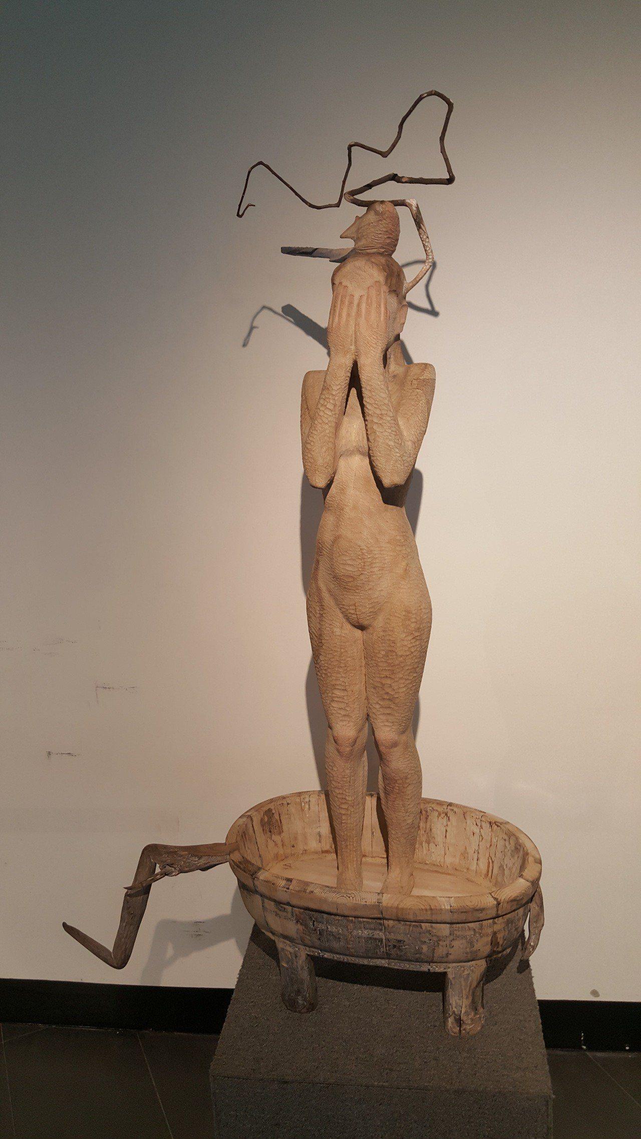 裕隆木雕創新獎得主大陸鄧坤,作品「女丑尸的一天」。記者胡蓬生/攝影