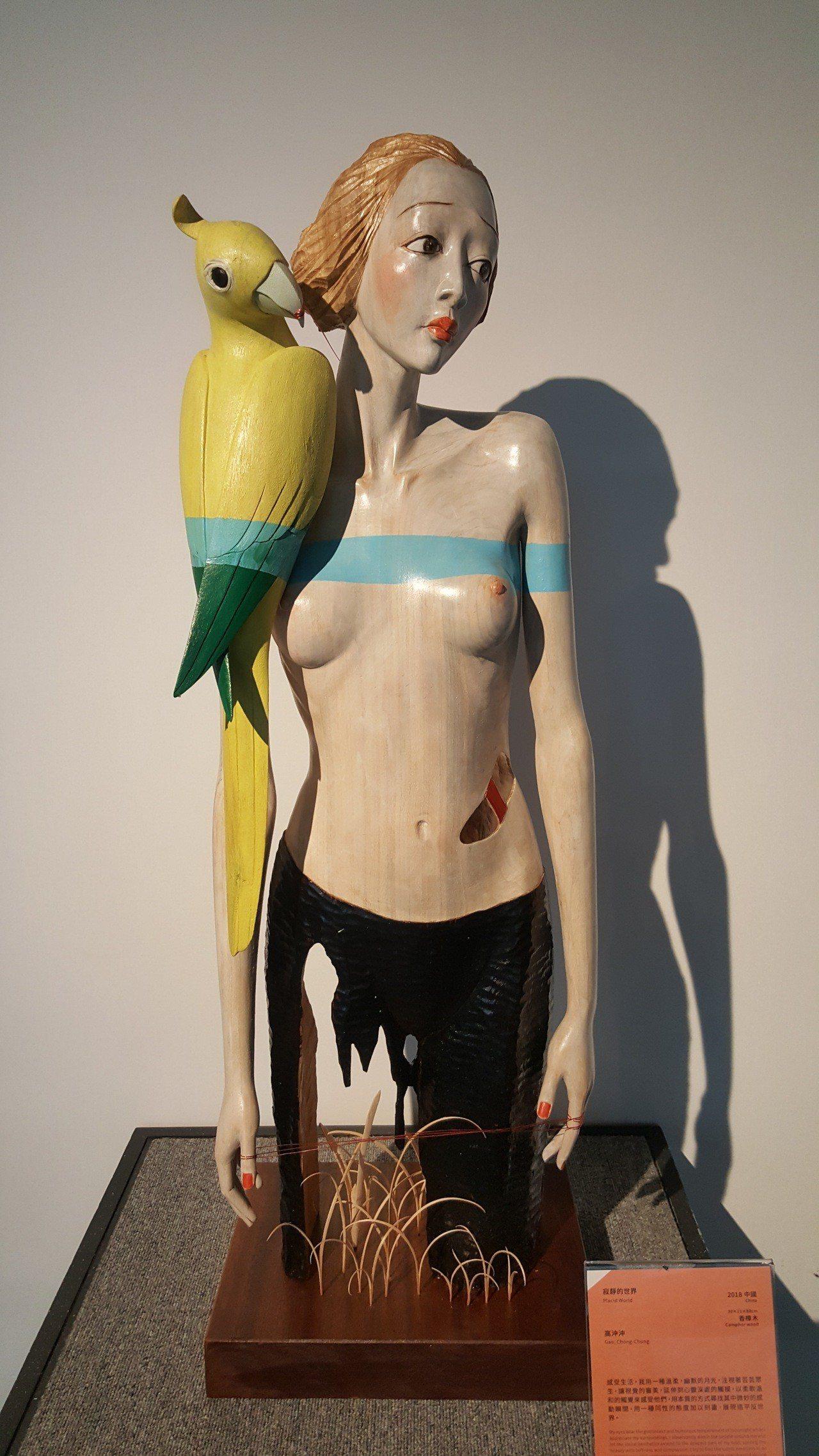 當代木雕大獎得主大陸高冲冲,作品「寂靜的世界」。記者胡蓬生/攝影