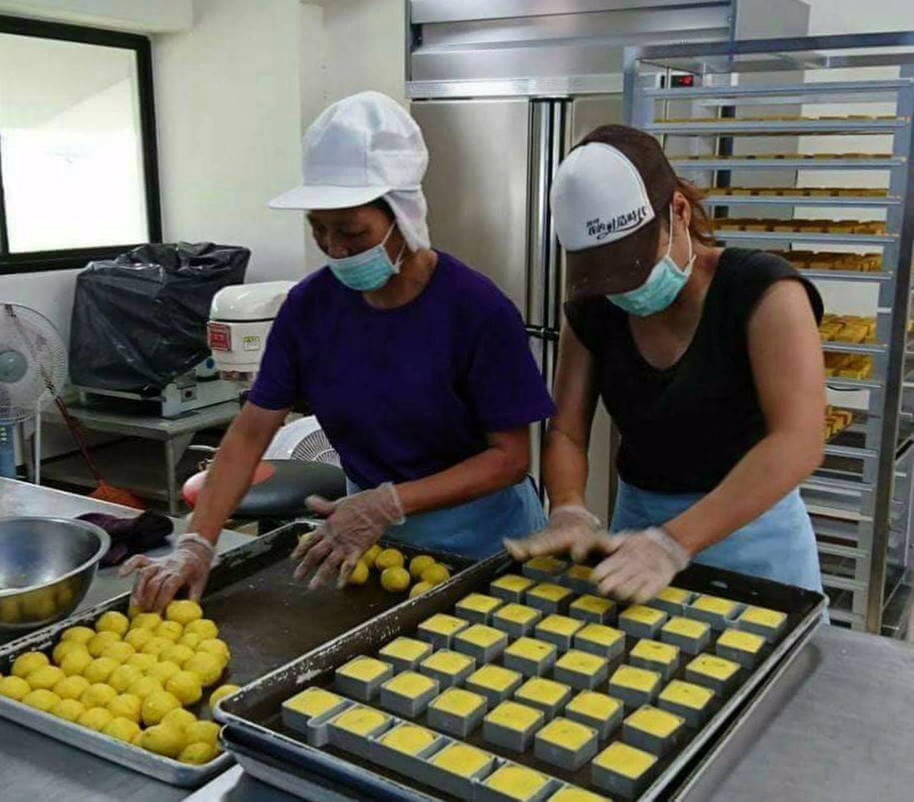每逢中秋,日光小林社區即由婆婆媽媽們領軍,以家鄉生產的梅子與薑黃,製作可口的中秋...