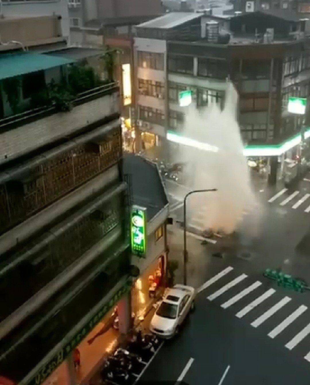 萬華區昆明路內江街口一處人孔蓋,因暴雨發生水衝,形成有如噴泉景象。圖/截自臉書
